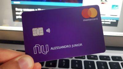 Cartão do Nubank com função contactless