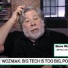 Steve Wozniak em entrevista. Ele está sozinho diante da câmera, e o letreiro