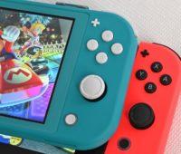 Nintendo Switch Lite ao lado de um Nintendo Switch