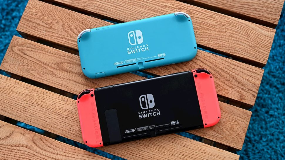 Traseira do Switch Lite (acima) e do Switch convencional (abaixo)