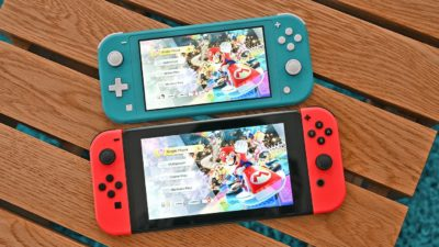 Nintendo Switch Lite acima do Switch convencional