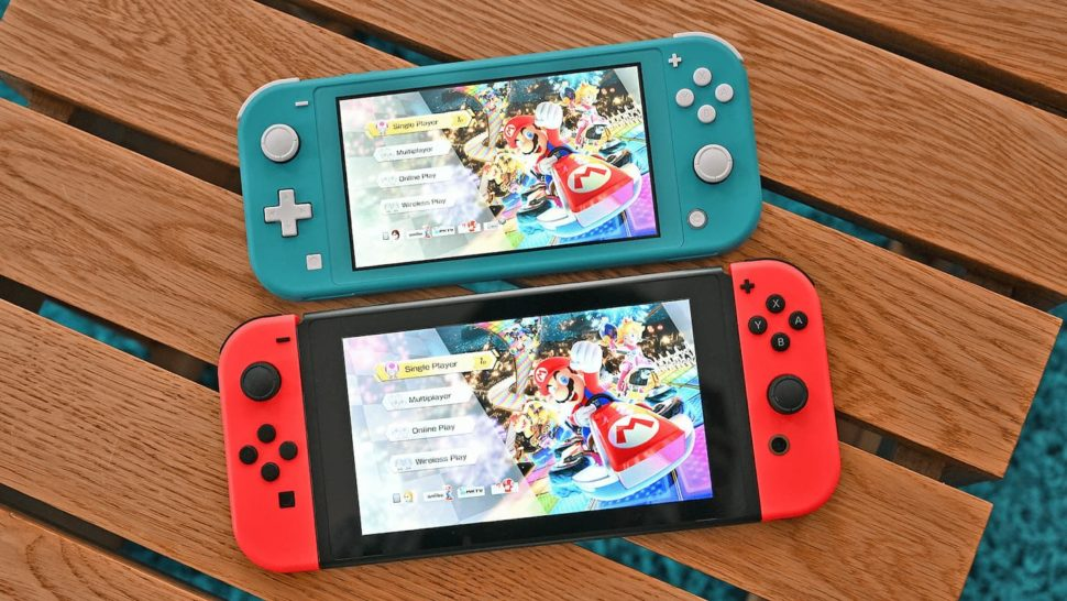 Nintendo Switch Lite acima do Switch convencional