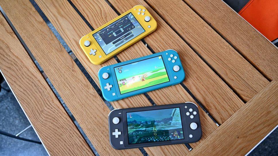 Três Nintendo Switch Lite dispostos em uma mesa