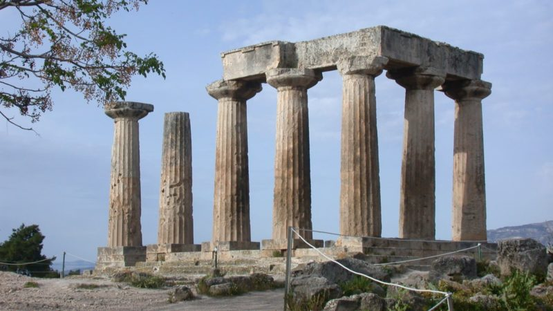 Templo com colunas e pedras, feito no período da Grécia Antiga.