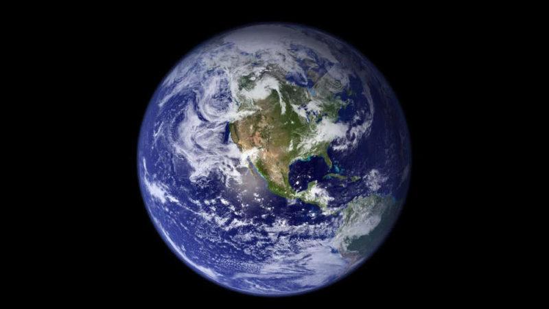 Imagem da Terra vista do espaço (um círculo azul com uma massa de terra verde e bege e nuvens brancas)
