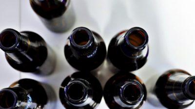 Garrafas de cerveja vazias vistas de cima.
