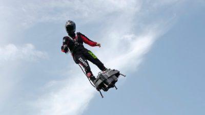 Franky Zapata durante travessia do Canal da Mancha em sua prancha voadora
