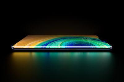 Huawei Mate 30 de lado