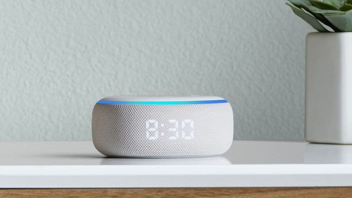 Amazon Echo Dot com relógio na cor branca mostrando o horário 8h30
