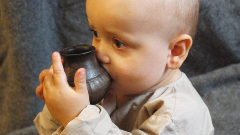Bebê toma leite em um vaso reconstruído similares aos analisados pelo novo estudo