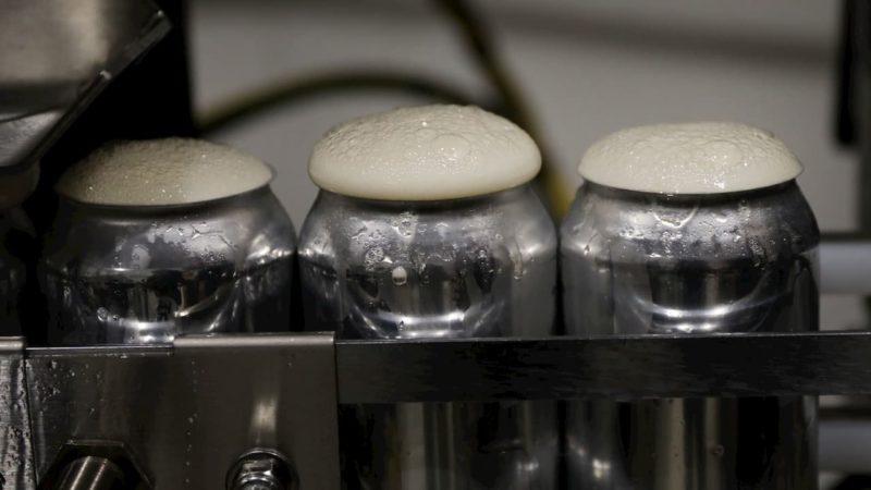 Latas de cerveja na linha de produção.