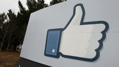 Símbolo de curtida do Facebook em muro na sede da empresa na Califórnia