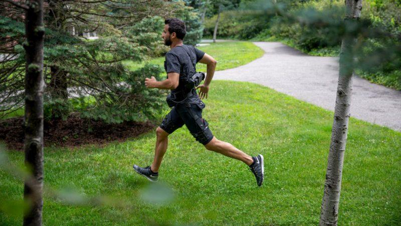 Homem correndo vestindo um exoesqueleto