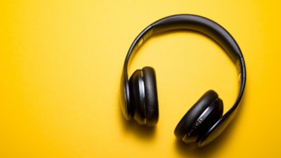 Fone de ouvido sobre fundo amarelo
