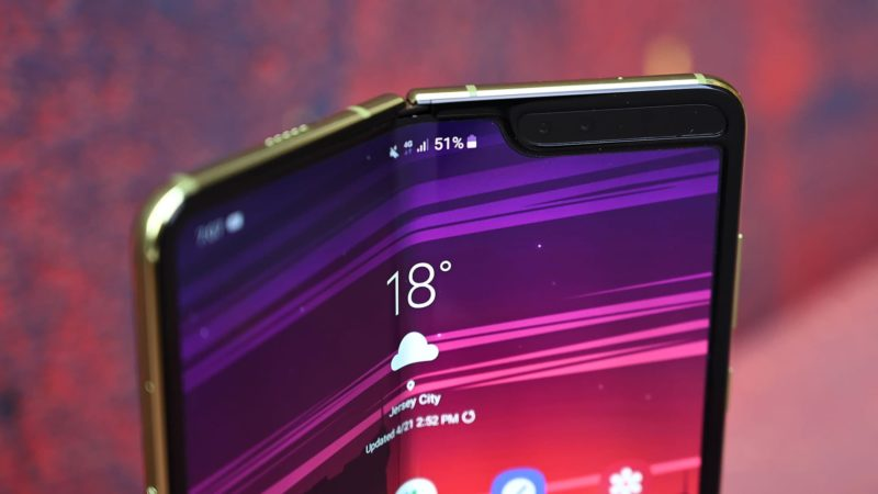 Detalhe da parte superior do Galaxy Fold dobrada