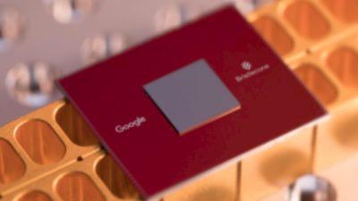 Chip vermelho com o processador quântico Bristlecone e o logo do Google.