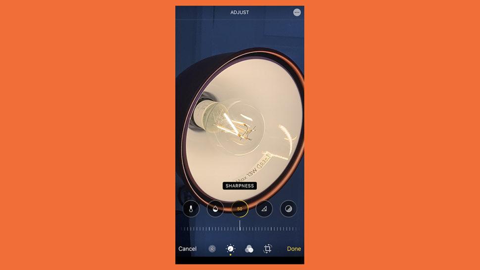 Tela do iOS 13 mostrando os novos recursos de fotografia do app Fotos, como ajuste de nitidez.