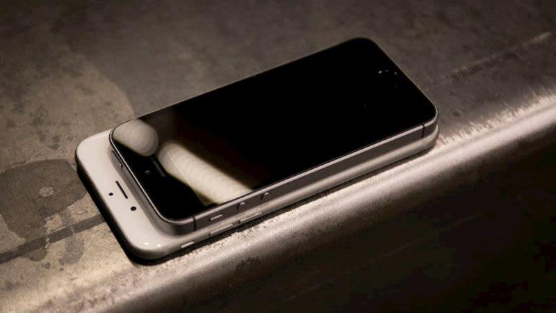 iPhone SE em cima de um iPhone 8