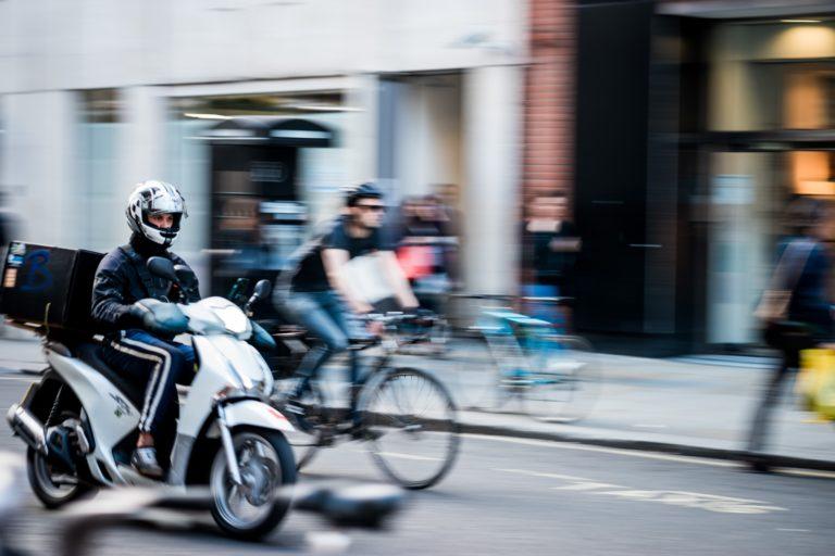 jonathan chng DZwgQFhI1so unsplash 2 768x512 - Google Maps ganha navegação para motociclistas e recurso de segurança para passageiros
