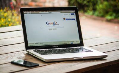 MacBook com navegador aberto na busca do Google