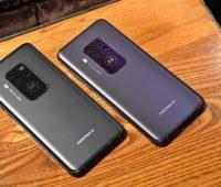 Dois Moto One Zoom de cores mais escuras e neutras