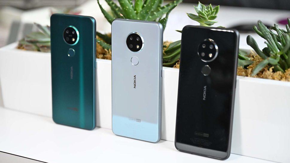 Um Nokia 7.2 na cor verde ao lado de dois Nokia 6.2