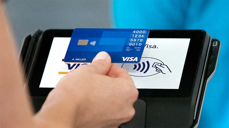 Pagamento contactless com cartão Visa