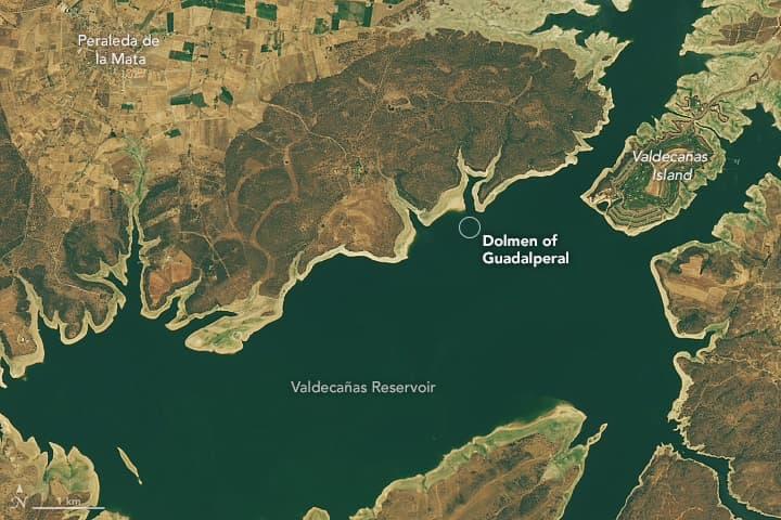 Foto de satélite mostra os níveis de água no reservatório Valdecañas em 24 de julho de 2013