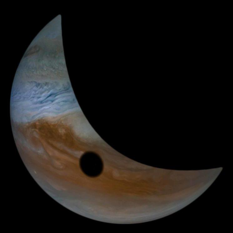 Imagem parcial de Júpiter com o círculo preto.