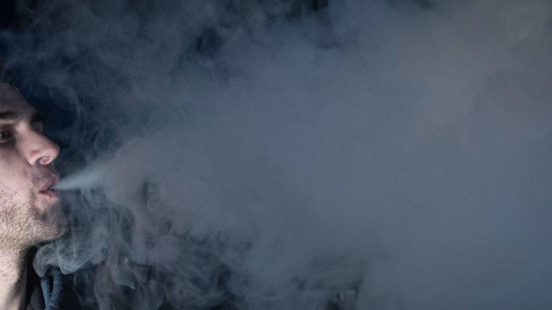 Homem usando vape (ou vaporizador)