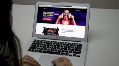 Laptop com a página inicial do Telecine Play