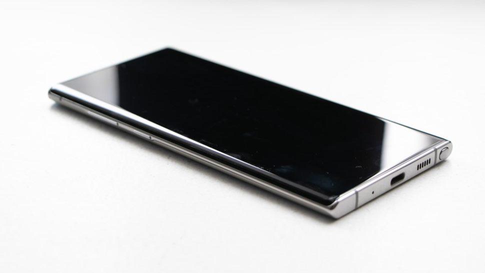 Detalhe da entrada USB-C do Galaxy Note 10+