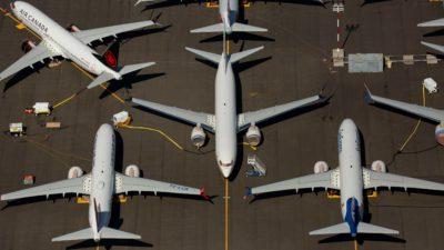 Uma série de aviões no chão vistos de um ponto de vista aéreo