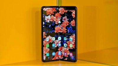 Samsung Galaxy Fold de frente, ligeiramente dobrado