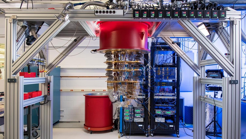 Computador quântico do Google. Todos esses fios são dedicados ao controle de qubits individuais e a manter tudo em temperaturas incrivelmente baixas. Foto: Google