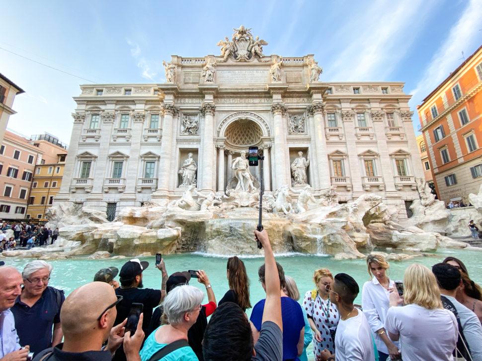 Foto da Fontana Di Trevi, na Itália, tirada com a câmera ultra-grande angular do iPhone 11