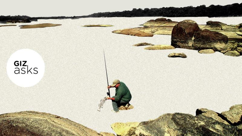 Pescador pegando um peixe em um um lago vazio
