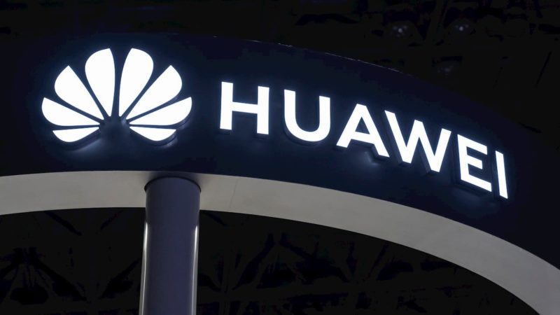 Logo da Huawei em um estande