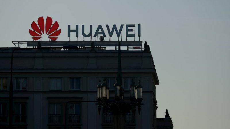 Logo da Huawei no topo de um prédio.