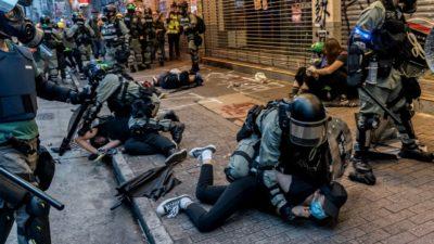 Manifestantes pró-democracia são agredidos pela polícia de Hong Kong no distrito de Wan Chai, em 6 de outubro de 2019