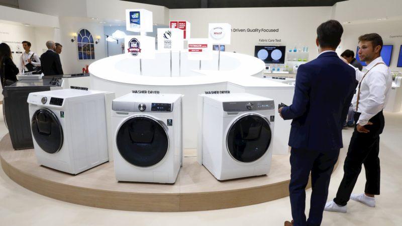 Máquinas de lavar expostas em estande de evento