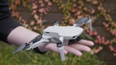 Pessoa segurando o drone DJI Mavic Mini na mão