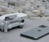 Comparação do drone DJI Mavic Mini com um smartphone