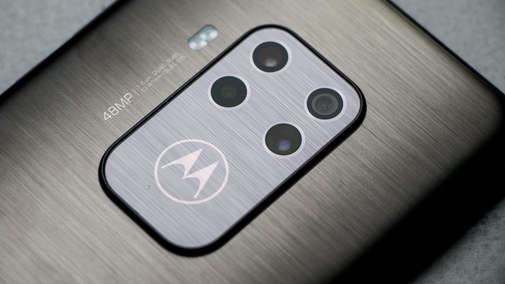 Detalhe dos quatro sensores da câmera do Motorola One Zoom