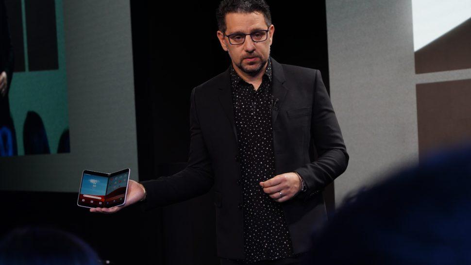 Panos Panay, da Microsoft, mostra o Surface Duo