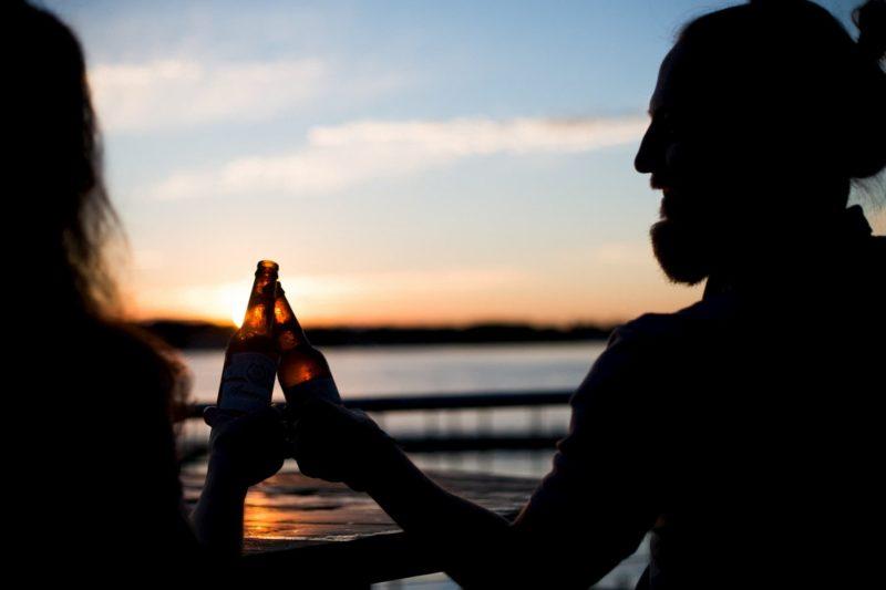 Casal bebendo cerveja