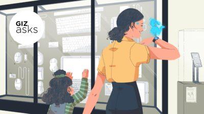 Mãe vê holograma saindo do relógio, enquanto filha vê vitrine com periféricos de computador