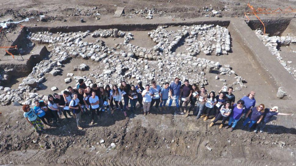 Voluntários que auxiliaram na descoberta na cidade de En Esur, em Israel