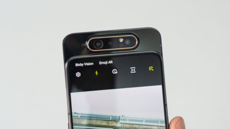 Conjunto de câmeras do Galaxy A80 rotacionada para tirar selfies
