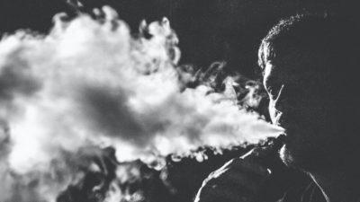 Homem fumando cigarro eletrônico